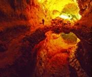 Illusie in de grotten, de bovenwand wordt weerspiegeld in een plas water
