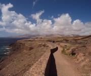 Wandelen langs de kust met zicht op het zuidelijke deel van Lanzarote