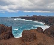 Lava rotsen aan de kust
