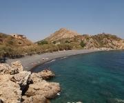 Strand bij Emporios, met zwarte lavastenen